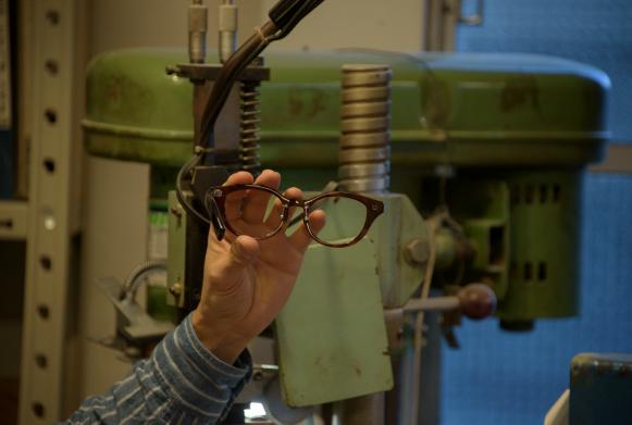 金具の取り付けは、テンプルの開き具合や角度を見極めて