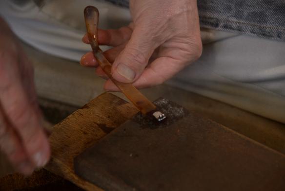 焼いた鉄板に水をかけ、蒸気を起こしながら温度調整も行う