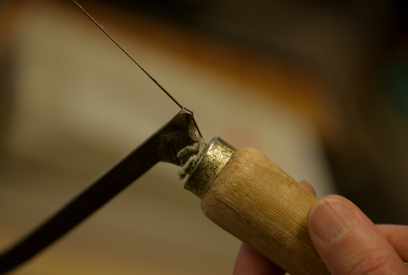 長く使われている糸鋸、柄は何度も交換された昔からの道具