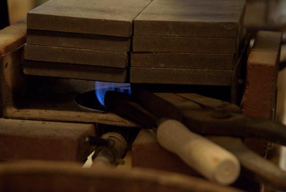 常に鉄板が焼かれている工房は、夏は厳しい暑さとなる