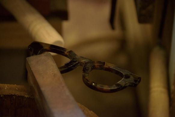 鉄製の工具で鼈甲に熱を伝えながら作業は進む